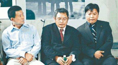 Ba người ném sớn lên bức chân dung cựu Chủ tịch Mao Trạch Đông đoàn tụ ở Mỹ. (Ảnh: Internet)