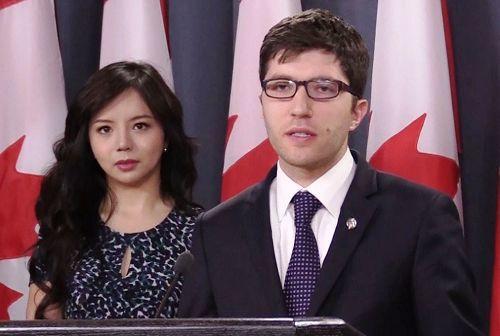 Nghị sĩ Quốc hội Canada Garnet Genuis và Hoa hậu Thế giới Canada 2015 Annatasia Lin (trái) tham dự cuộc họp tại Ottawa tuyên bố lên án việc cưỡng chế thu hoạch nội tạng từ thân thể người.