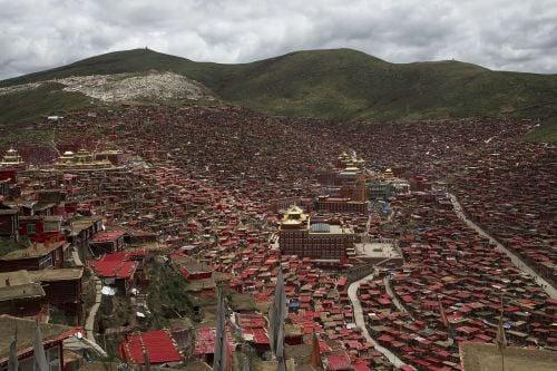 Học viện Phật giáo Tây Tạng Larung Gar đối mặt với nguy cơ bị phá hủy thêm nữa. (Ảnh: internet)
