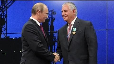 Tổng thống Nga Putin gặp ông Rex Tillerson năm 2012 tại Moscow, khi đó ông Tillerson đang là Chủ tịch tập đoàn dầu khí ExxonMobil (Ảnh: Youtube)