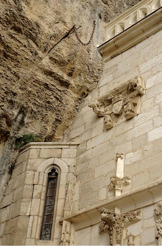 Thanh kiếm gắn vào vách đá ở Pháp (Ảnh:Wiki)