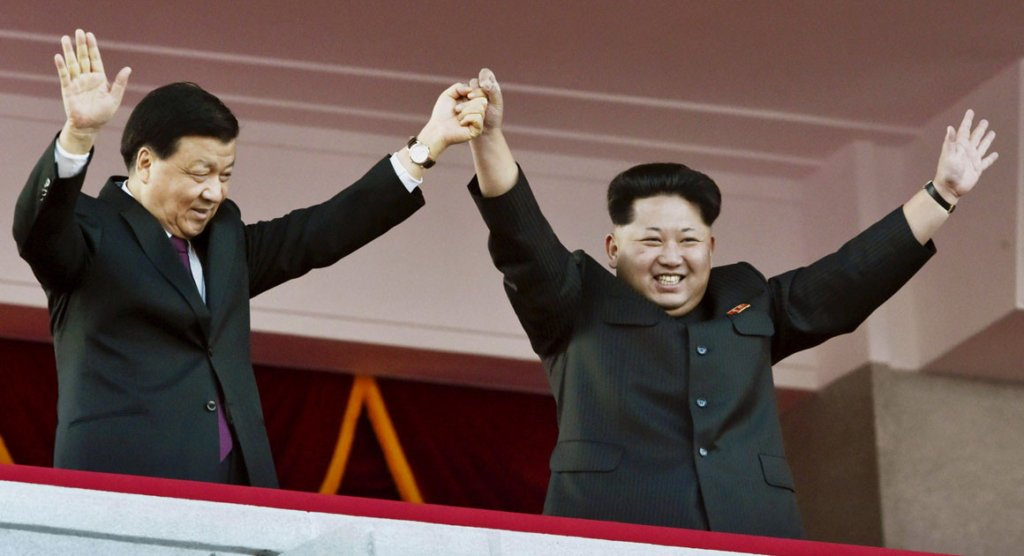 Lưu Vân Sơn, ủy viên Bộ Chính trị ĐCS TQ và Kim Jong Un tại đại lễ duyệt binh ở Bình Nhưỡng 15/4