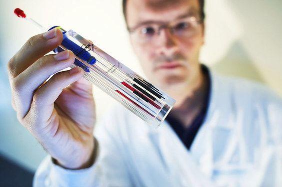 (ảnh qua tanitnews.com) Phát hiện kim loại và mảnh vụn nhiễm bẩn trong hàng loạt vắc-xin cho người