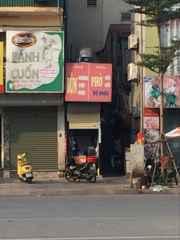 Quán phở nhỏ chỉ hơn 1 mét trên con phố hiện đại. (Ảnh: Minh Minh|Trí Thức VN)