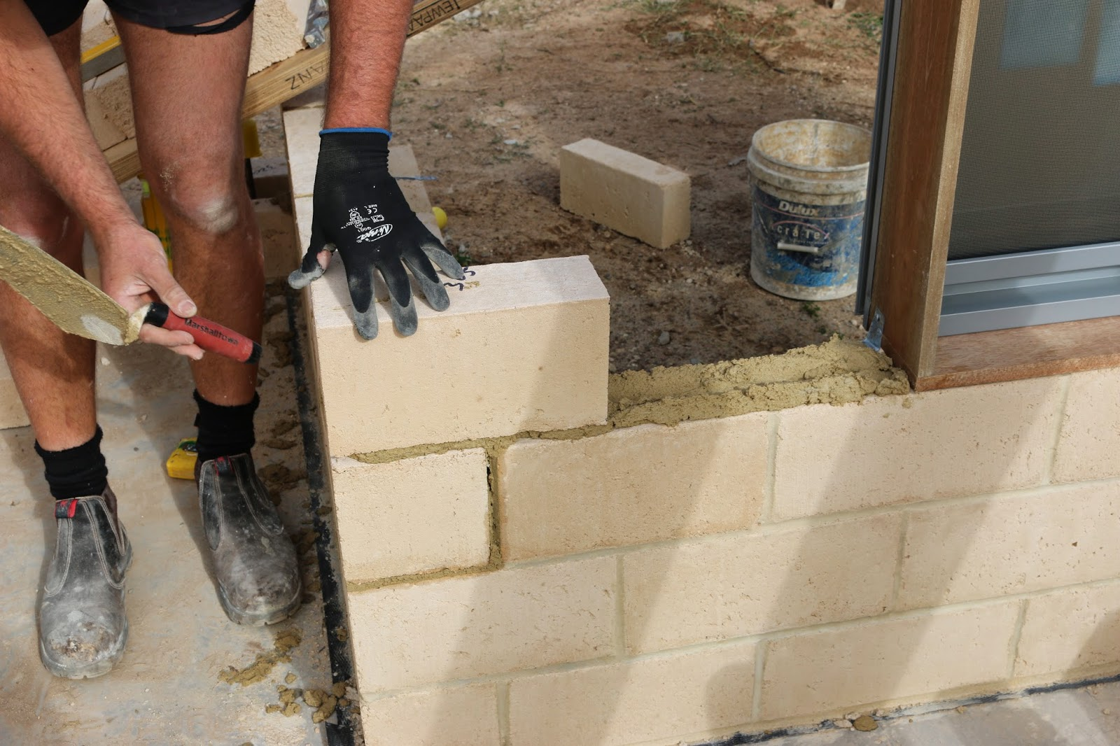 Các viên gạch bằng bê tông mùn cưa được sử dụng trong công trình xây dựng (ảnh: davidrigby.net)