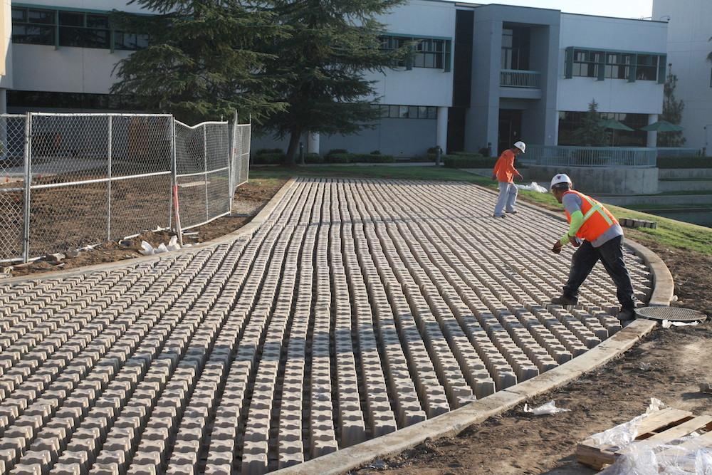 Một công trình bằng bê tông thực vật đang được xây dựng (ảnh: spsgrasscrete)
