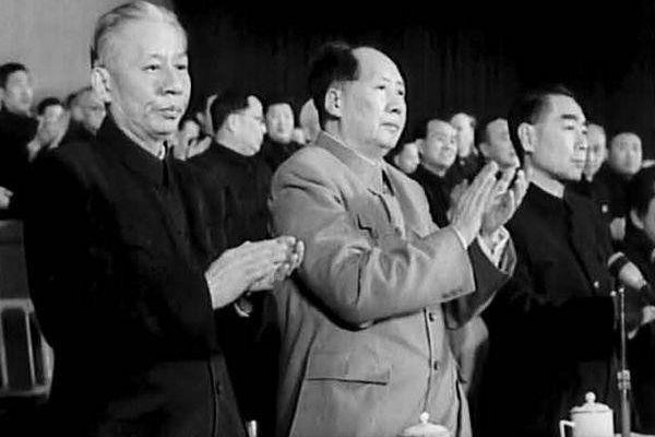 Lưu Thiếu Kỳ (trái), Mao Trạch Đông (giữa), Chu Ân Lai (bên phải) và những người tham gia Đại hội Đảng lần thứ 8.