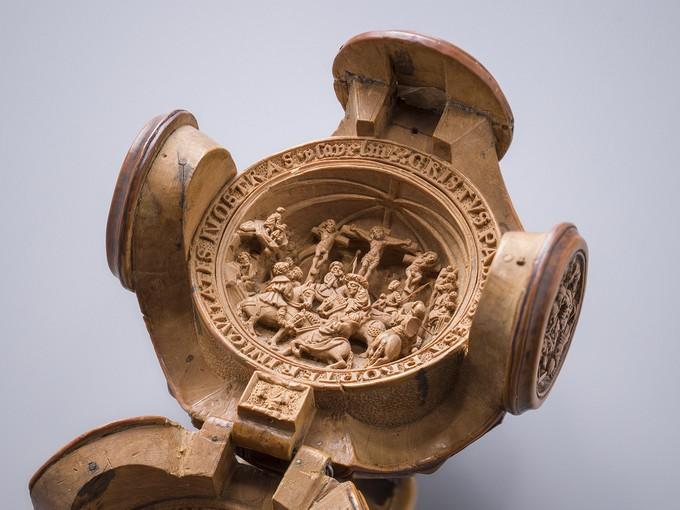 Hình ảnh Chúa Jesus chịu chết trên Thập tự giá, bên ngoài có các ký tự nhỏ. (Ảnh: Christoph von Viràg)