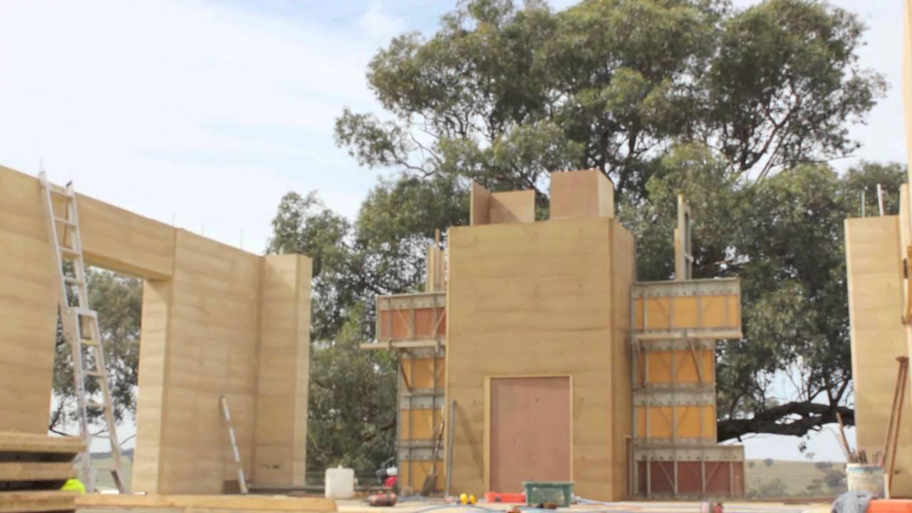 Một công trình đang được xây dựng từ đất nện (ảnh: iytimg/ youtube)