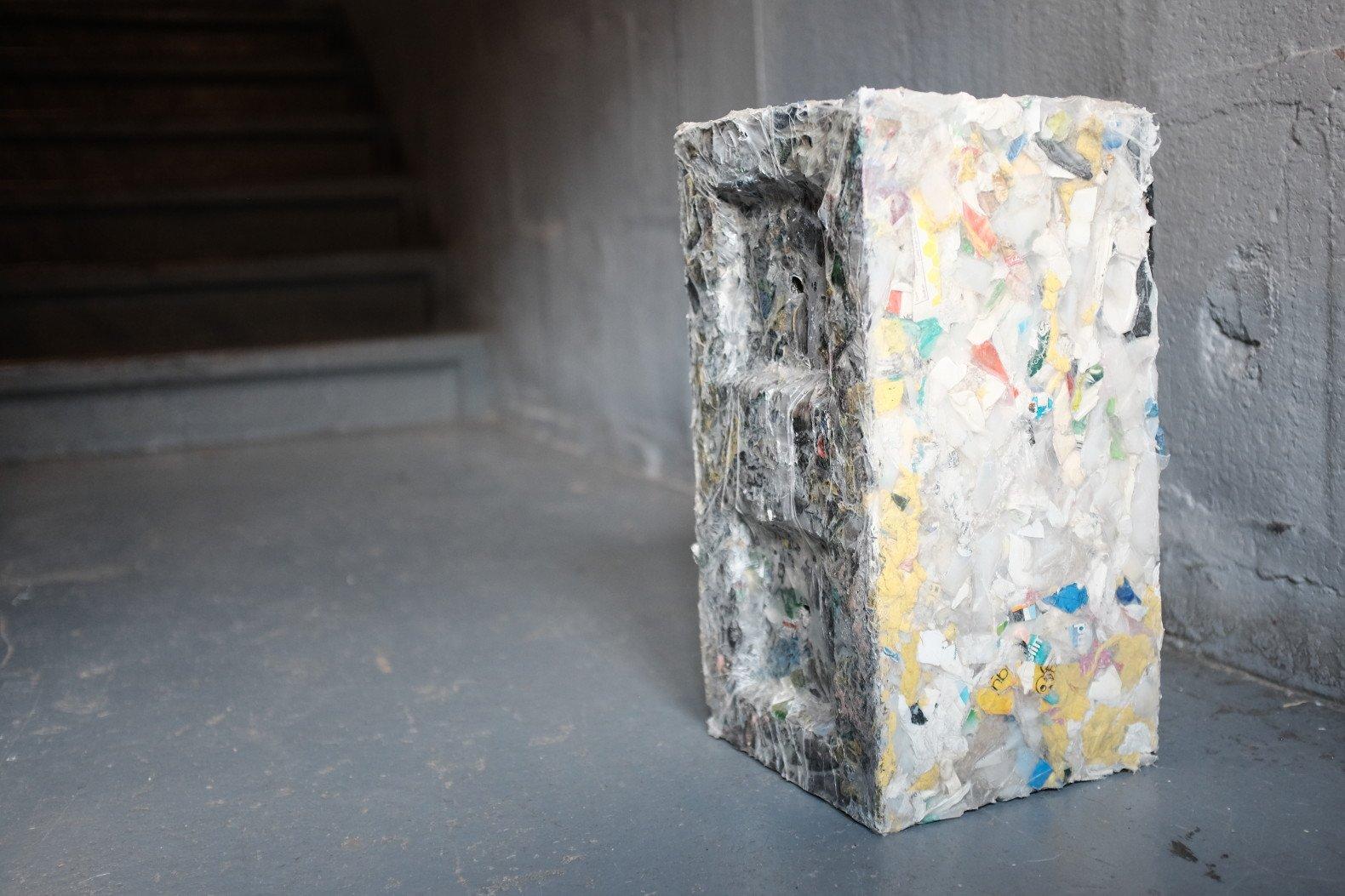 Một khối bê tông được tạo ra từ nhựa tái chế (ảnh: inhabitat)