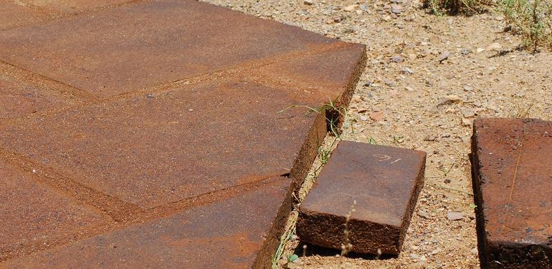 Các viên gạch được làm từ vật liệu Ferrock có độ cứng hơn 5 lần so với bê tông thông thường (ảnh: buildabroad.org)