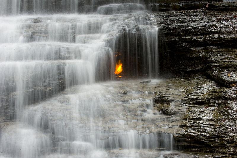 """Hình ảnh """"ngọn lửa vĩnh cửu"""" dưới thác nước (Ảnh: wikipedia.org)"""