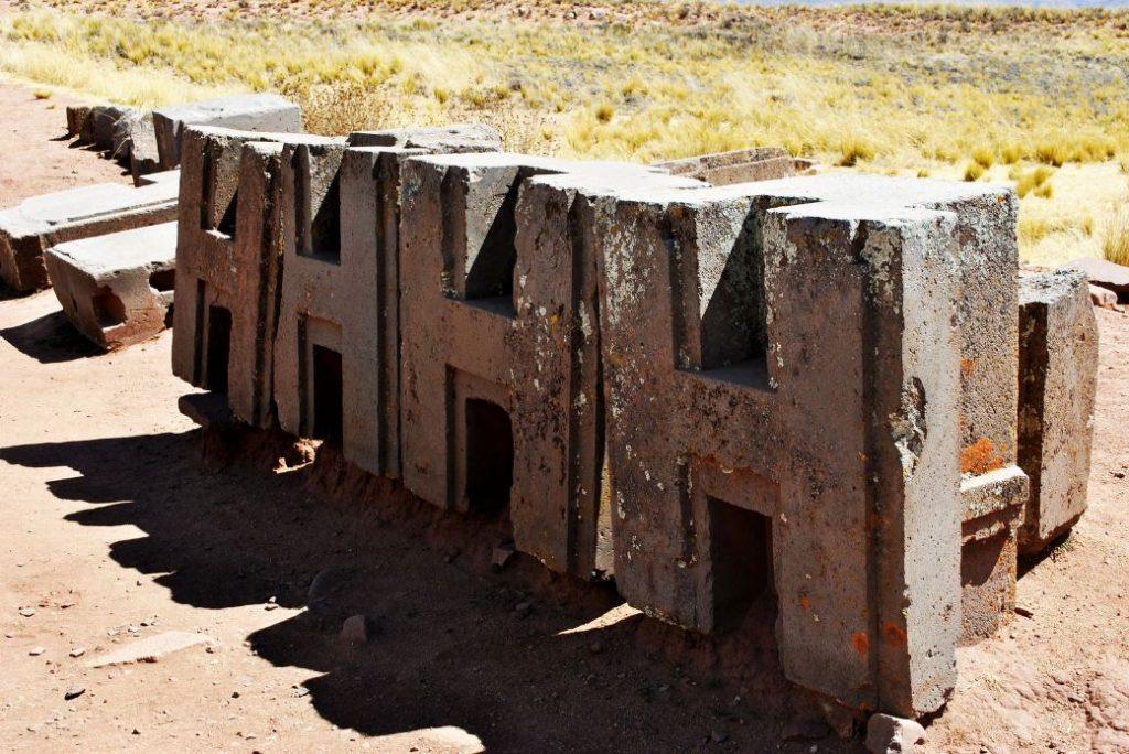 Các phiến đá hình chữ H được xẻ rãnh và lắp ghép vào nhau theo các liên kết cực kỳ phức tạp (ảnh: ancient-code/Daniel Uribe)