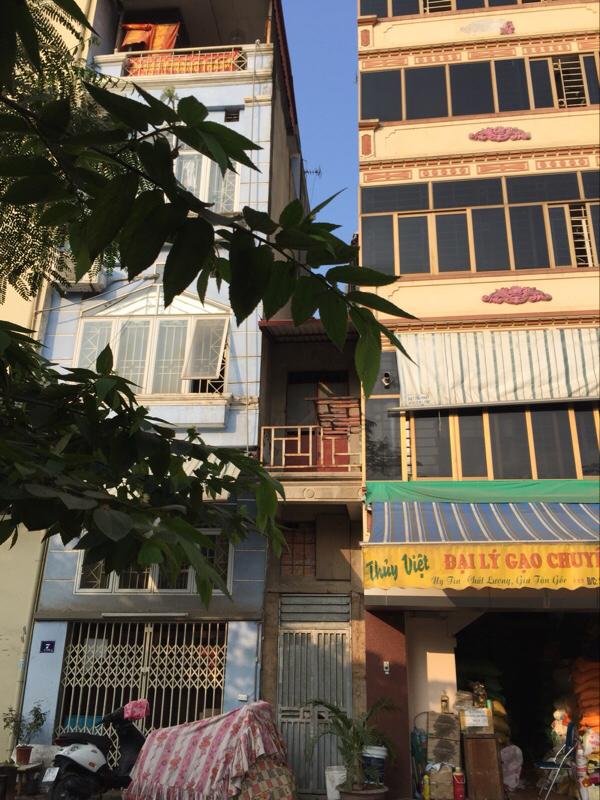 """Có thể nói những căn nhà mỏng như thế này tại Việt Nam mới là """"kỷ lục nhà mỏng nhất thế giới"""". Thoạt nhìn, người ta có cảm giác nó chỉ rộng chưa đầy 1 mét. (Ảnh: Minh Minh Trí Thức VN)"""