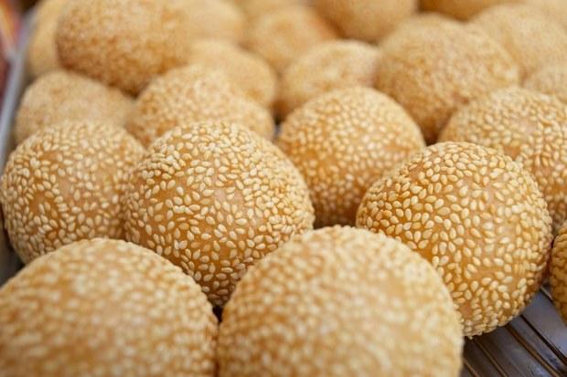 Bánh bột gạo, được phủ lớp hạt vừng thơm bên ngoài (ảnh: Shutterstock)