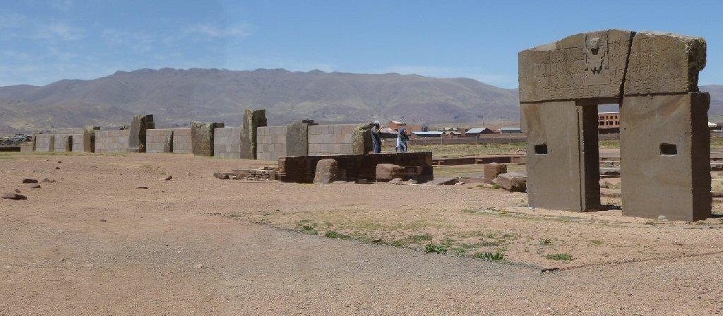 Hệ thống bức tường lịch đá gồm 11 cột đá bên cạnh cổng Mặt Trời (ảnh: atlantisbolivia.org)