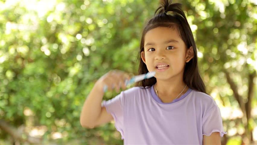 Vì sao bác sĩ thường kêu gọi mọi người chăm sóc răng, khám răng cho kỹ? (ảnh: Shutterstock)