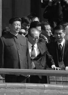 Ông Giang Trạch Dân đứng không vững tại lễ duyệt binh năm 2015