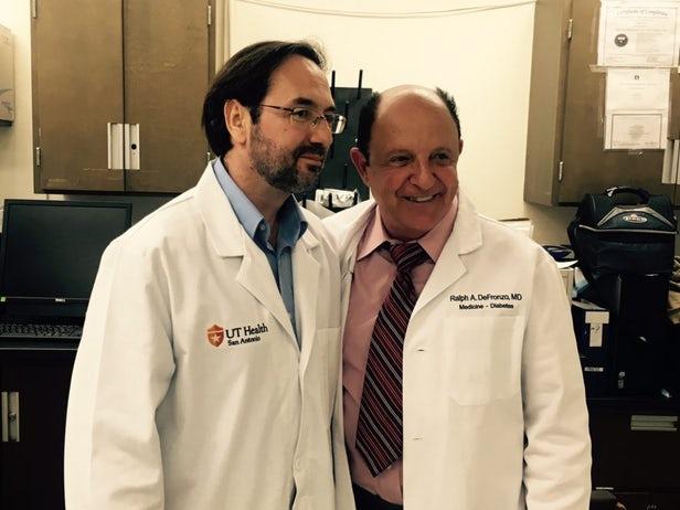 Ông Bruno Doiron và Ralph DeFronzo đã tìm ra cách chữa bệnh tiểu đường cho chuột trong 1 năm mà không có hiệu ứng phụ (ảnh: UT Health)