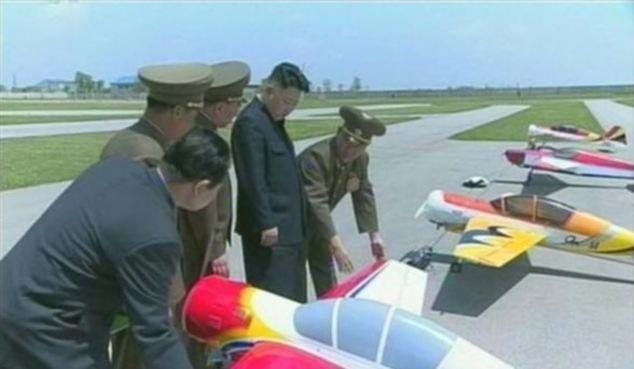 Lãnh đạo Bắc Hàn Kim Jong Un đứng nhìn các drone trong quân đội (Ảnh chụp từ phim tài liệu của Đài truyền hình Trung ương Triều Tiên tháng 6/2013)