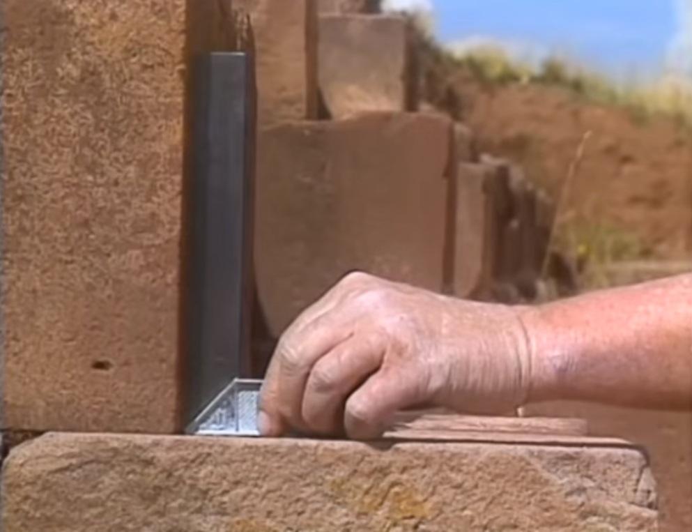Góc vuông hoàn hảo của các khối đá (ảnh: youtube)