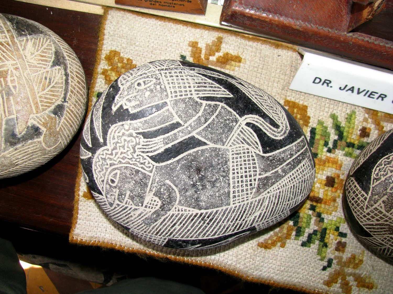 Hòn đá Ica mô tả một ca phẫu thuật não. (Ảnh: Brattarb)