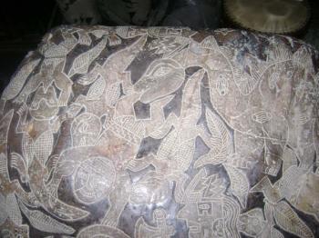 Hình vẽ trên hòn đá này cho thấy một con khủng long đang ăn thịt một người, khiến một số người cho rằng con người đã có mặt trên Trái Đất từ 65 triệu năm trước. (Ảnh: Eugenia Cabrera/Museo Cabrera)