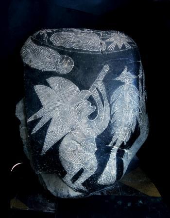 Hòn đá Ica này mô tả một người đội mũ, quan sát sao chổi qua kính thiên văn (Ảnh:Nancy Sathre-Vogel)