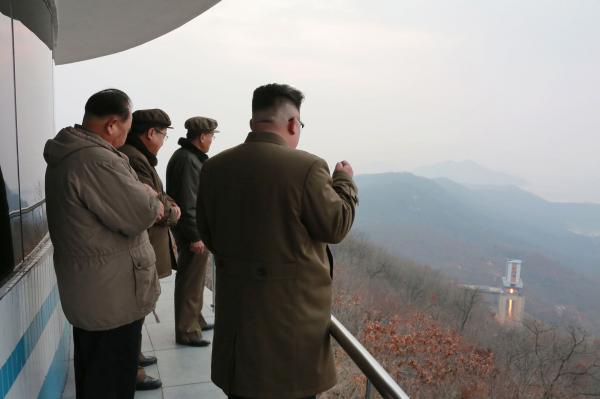 Kim Jong Un giám sát một vụ phóng tên lửa vào ngày 18/3/2017 (Ảnh: KCNA)