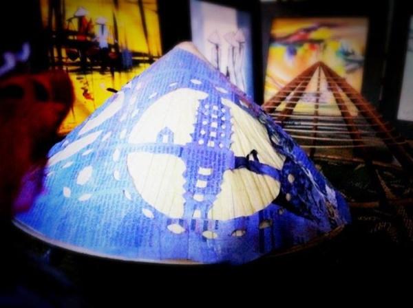 Tiếp đến là hình hoa văn – bài thơ phủ kín diện tích xung quanh chiếc nón. (Ảnh qua khamphahue.com.vn)