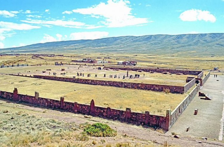 Bức tường bao quanh ngôi đền Kalasasaya (ảnh: ảnh gốc của Dennis Jarvis/ CC-AT-SA)