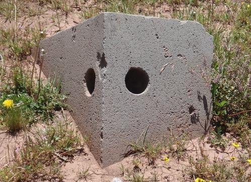 Các lỗ khoan đồng đều tuyệt đối trên một phiến đá (ảnh: ancient-code)