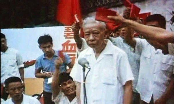 Trong thời Cách mạng Văn hóa, cựu chủ tịch ĐCSTQ Lưu Thiếu Kỳ bị phê bình đấu tố.