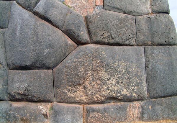 Di chỉ Saksaywaman, Peru: Người cổ đại biết cách làm mềm đá? Các tảng đá khít tới mức một tờ giấy cũng không thể lọt vào giữa (ảnh: Ancient Origins)