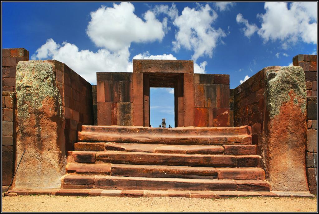 Cổng vào khu quần thể đền Kalasasaya tại Tiwanaku, có bậc chỉ làm từ một phiến đá nguyên khối dài đến 10m (ảnh: mygola.com)