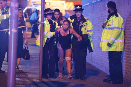 Cảnh sát hộ tống người bị thương sau vụ nổ