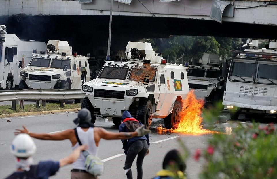 Người dân đốt cháy một xe bọc thép mà chính phủ Maduro dùng để ngăn cản người biểu tình