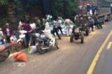 Bất chấp xe tải đâm vào núi, 2 người tử vong, người dân lao vào hôi của