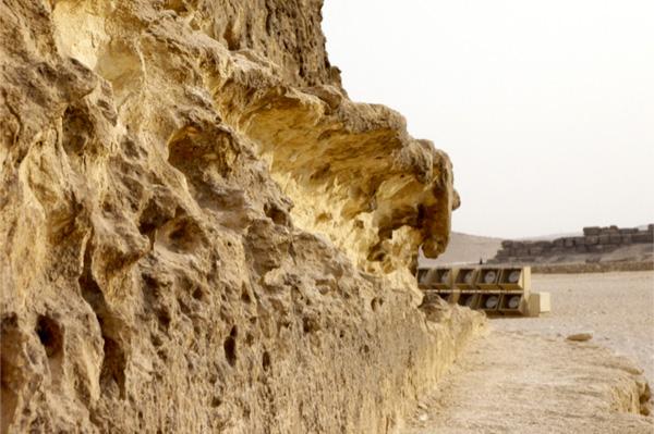 Những tảng đá ở góc Tây Nam kim tự tháp Khafra. Nơi đây hẳn đã phải chịu sóng vỗ mạnh nên mới tạo thành những hình dáng lồi lõi đặc trưng như vậy.(ảnh:gizaforhumanity.org)