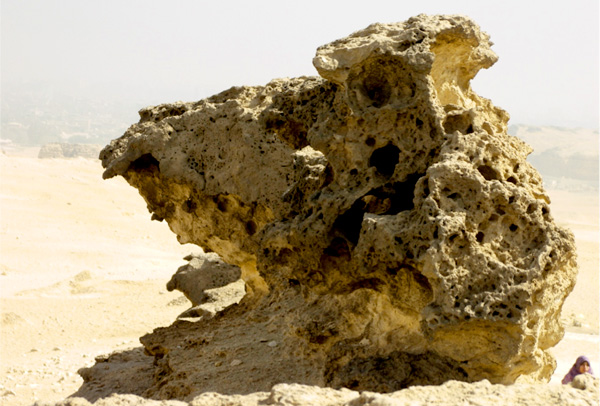 Một tảng cự thạch xây đền, hiện nằm 75m trên mực nước biển. Nó đã bị mất hơn một nửa khối lượng do nước biển, sóng và có thể là cả sinh vật biển cư ngụ. (ảnh:gizaforhumanity.org)
