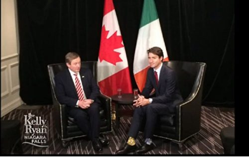 Thủ tướng Canada Justin Trudeau (phải) và thủ tướng Ireland Enda Kenny (trái) trong cuộc gặp cấp cao. Với bộ vest chỉnh tề nhưng bên trong đôi giày da của ông lại là hai chiếc tất màu khác nhau.