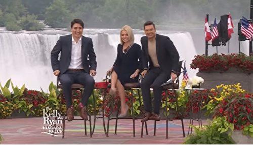 Chương trình Live With Kelly and Ryan mời ông tới tham gia, ông được tặng một đôi tất có ảnh của hai người dẫn chương trình.