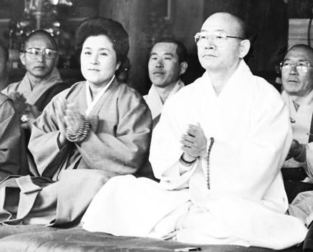 Ông Chun Doo-hwan cùng vợ tại Chùa Baekdam ở Inje, Gangwon năm 1996. Ông đã sám hối 2 năm tại ngôi chùa này.