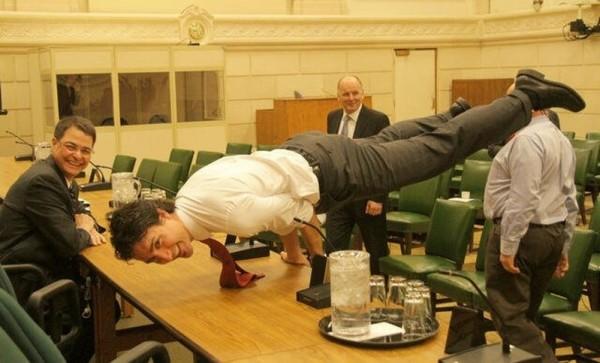 """Bức ảnh thủ tướng Canada Justin Trudeau đang thực hiện động tác Yoga, đây là một trong những bức ảnh """"hot"""" trên mạng xã hội."""