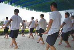 Buổi tập dợt của đoàn nghệ thuật trong trại giam tại Đài Loan.