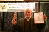 Ông David Matas nhận giải Hòa bình Gandhi Canada. (Ảnh: EET)