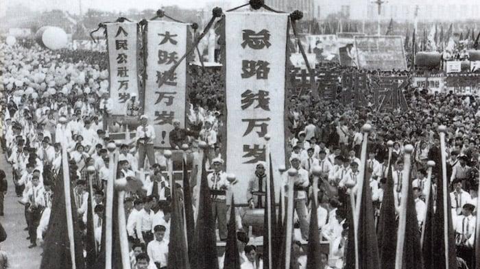 """Năm 1950, người dân Đại Lục diễu hành để chúc mừng """"Đại nhảy vọt"""" và """"công xã nhân dân"""""""