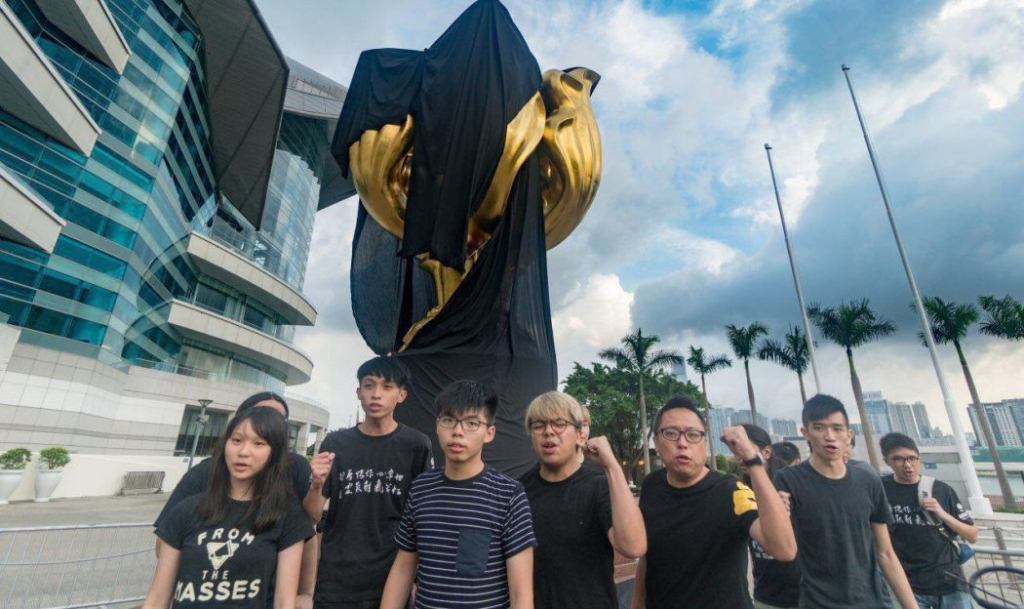Hoàng Chi Phong và những nhà hoạt động dân chủ đã quấn băng đen lên tượng đài Kim Tử Kinh
