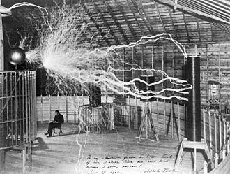 Bức ảnh phơi sáng dài mô tả cảnh Tesla đang thí nghiệm với các tia sét do chính ông tạo ra (ảnh: The Century Magazine)