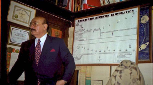 Giáo sư Cabrera giải thích về bộ sưu tập của mình. (ảnh: Walter-Jörg Langbein)